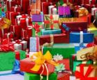 Pilha de presentes de Natal com bonitos laços