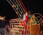Santa Claus saudando com a mão do trenó mágico
