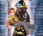Bombeiro segurando um menino nos braços