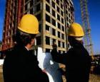Técnico que consulta um plano das obras de construção  - Arquiteto, engenheiro ou aparelhador