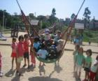 Grupo de crianças brincando no parque