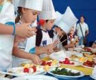 Grupo de crianças fazendo cozinheiros