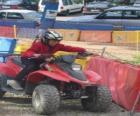 Menina condução de um quad