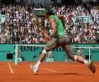 Jogo de tênis com espectadores nas gradas