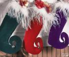 Meias de Natal penduradas e cheias de presentes