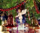 Sinos de Natal e outros ornamentos pendurados em árvore