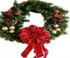 Guirlanda de Natal decorada com uma fita larga e bolas