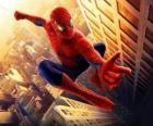 Homem-Aranha saltando entre os edifícios da cidade, com seu balanço de aranha