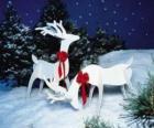 Dois rena de madeira com um laço vermelho em uma decoração de Natal