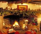 Lareira com o fogo aceso e com as decorações de Natal