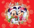 Mickey e Minnie Mouse bem abrigados com chapéus de Santa Claus