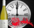 Relógio de 12 horas da noite, uma garrafa de vinho e um trenó de Papai Noel