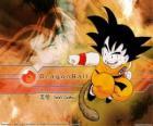 Son Goku Saiyan é uma criança que cresceu nas montanhas de aprender artes marciais de seu avô e tem uma peculiaridade: sua cauda.