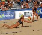 Vôlei de Praia - Jogador de salvar uma bola nos olhos de seu companheiro