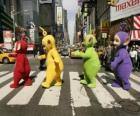 Po, Laa-Laa, Dipsy e Tinky-Winky de atravessar uma rua