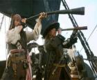 O capitão do navio pirata assiste a outro navio com o telescópio