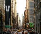 Uma rua na cidade de Nova York, com edifícios altos e arranha-céus