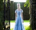 Alice (Mia Wasikowska) uma jovem de 19 anos de idade, entrando na mansão vitoriana, onde viveu em sua infância