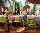Alice é a convidada de honra na Festa Maluca do Chá