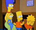 Marge com seus filhos Bart, Lisa e Maggie no consultório do médico