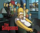 Homer Simpson no sofá, enquanto os outros fumavam pensativo olhando para ele