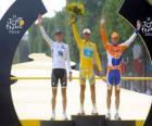 O pódio da 97 Tour de France: Alberto Contador, Andy Schleck e Denis Menchov, no Arco do Triunfo eo Champs Elysees fundo