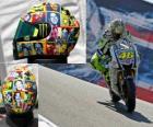 Valentino Rossi leva em seu capacete para as pessoas importantes para ele.