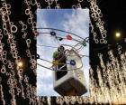 operador colocando luzes decorativas do Natal