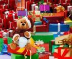 Ursinho de pelúcia vestido de Papai Noel e com os presentes de Natal