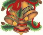 Conjunto de três sinos adornadas com decorações de Natal
