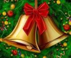 Um par de sinos de Natal com uma fita