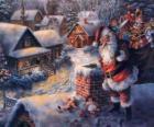 Papai Noel no telhado de uma casa próxima a uma chaminé