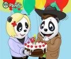 Ella leva um bolo para comemorar seu aniversário de Max