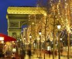 Os Campos Elísios decorada para o Natal com o Arco do Triunfo ao fundo. Paris, França