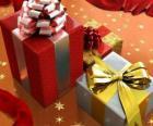 Presentes de Natal com fitas, laços