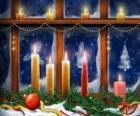 velas de Natal acesa em frente a uma janela