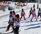 Cena típica do inverno com as crianças esquiam na montanha