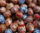 Pilha de ovos de Páscoa com decoração geométrica