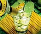 A caipirinha é um coquetel brasileiro composto por açúcar, rum, limão e gelo.