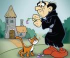 O terrível feiticeiro Gargamel e seu gato Azrael, os inimigos dos Smurfs