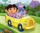 Dora e seus amigos em um pequeno carro