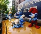 Os Smurfs no teto de um táxi