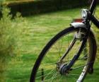 Roda dianteira de um bicicleta de passeio
