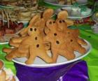Prato cheio de biscoitos de gengibre em forma de boneca