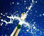 Uncorking uma garrafa de champanhe para celebrar o ano novo