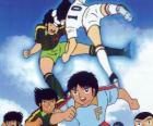Jogadores de futebol em uma partida de Captain Tsubasa