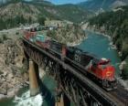 Comboio de mercadorias passando sobre uma ponte