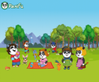 Vários jovens Panfu pandas no parque