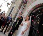 A noiva eo noivo deixar a cerimônia de casamento