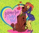 Daphne abraçando Scooby Doo
